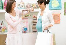 Đi mua sắm cùng người khác giúp mẹ có thêm kinh nghiệm chuẩn bị đồ sơ sinh